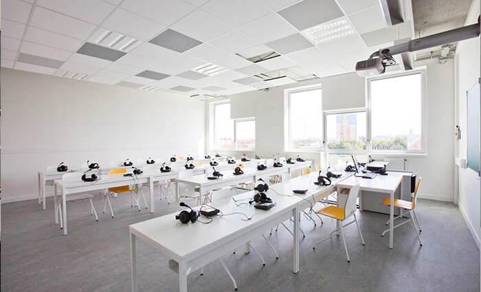 IDM Education - Université de Paris Sorbonne salle de cours, tables et audio